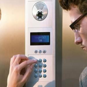 la puerta principal de tu casa desde la seguridad que otorga por estar a una distancia segura