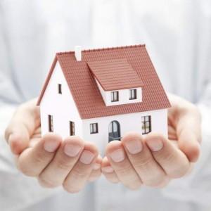 Casa en manos seguridad en el hogar