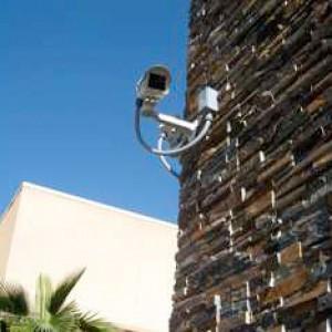 propiedad y envía las señales al panel de control para activar las sirenas de la alarma.